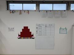 『といろ』は、ひな祭りバージョンとなりました。このひな壇に子ども達の作品が並びます。