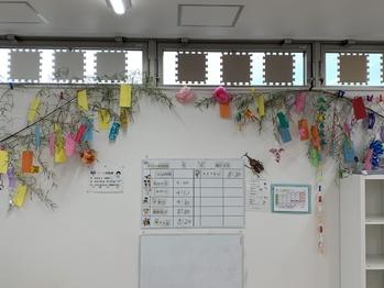 7月の工作イベント「七夕飾り週間」で子ども達が綺麗に飾ってくれました。 子ども達の思い思いの願いが短冊に・・・ 願いが叶いますように! そして、カブト虫が出現!!!