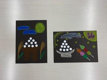 スタッフが作成したお月見を手本に子ども達が黒紙に思い思いの月とタンゴを描いてお月見風景を表現します。 どんなお月見が出来るか楽しみです!