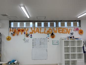 10月のハロウィン工作週間で子ども達の工作を飾り付けました。『といろ』もハロウィン一色の10月となりました。