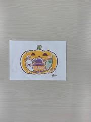 写真は、パンプキン星人が『といろ』に潜入して隠したとされる10枚のパンプキンカードの一枚。このカードを子ども達は、プレイルームの隅々を探し回りました。