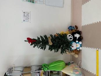 このツリーに子ども達が飾り付けます。 そして、24・25日のクリスマスパーティーには、プレイルーム全体がクリスマスムードに包まれるような・・・