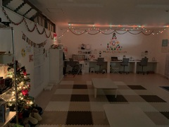 子ども達の手形のツリーや飾り付けに協力してもらいプレイルームがクリスマスモードに!!!