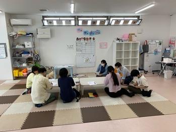 施設内研修の写真。外部講師に頼らず職員達の手で研修を実施しております。 今回のテーマは、『放課後デイサービスの役割 発達支援・療育を考える』です。